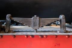 Assorbitore della molla a lamelle - vecchia sospensione del treno isolata - immagini stock