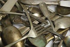 Assorted使在白色的古色古香的扁平的餐具失去光泽 免版税库存图片