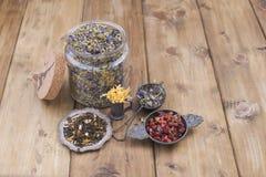 Assorted烘干了花和茶在木背景 自然的健康 芳香疗法 文本的空位 复制空间 免版税库存图片