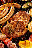Assorted asó a la parrilla la carne y verduras en barbacoa Foto de archivo libre de regalías