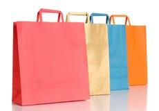 Assorted coloreó bolsos de compras sobre blanco Fotos de archivo