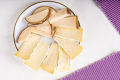 Assorted cortó el queso en una placa Imagen de archivo