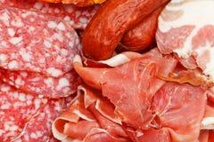 Assorted cortó las delicadezas de la carne en la placa Fotos de archivo