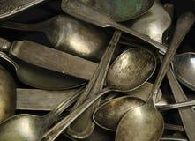 Assorted deslustró las cucharas y los cuchillos antiguos Foto de archivo