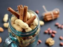 Assorted a mélangé des écrous en pot en verre, arachides, amandes, noix et graines de sésame Images libres de droits