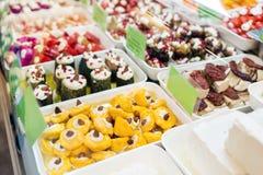 Assorted a mariné des légumes et des olives sur le marché du ` s d'agriculteur de la petite ville en Europe photographie stock libre de droits