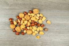 Assorted mezcló nueces en el fondo blanco Imagen de archivo libre de regalías
