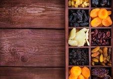 Assorted secó las frutas en caja de madera Fotografía de archivo