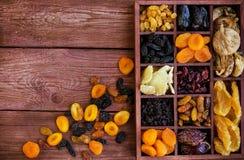Assorted secó las frutas en caja de madera Imagen de archivo