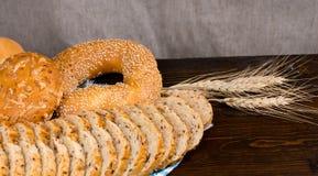 Assorted sembró los panes en una tabla rústica Fotografía de archivo