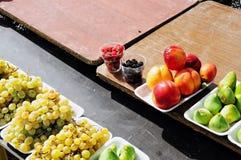 Assorted verpackte Frucht auf Holztisch lizenzfreie stockfotos
