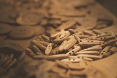 Assorti drewniani guziki Zapina raj zdjęcia stock