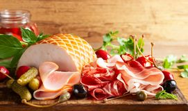 Assorti pokrojony jamon, salami, baleron z oliwkami, kapary, zalewy i faszerujący czerwoni pieprze, obraz stock