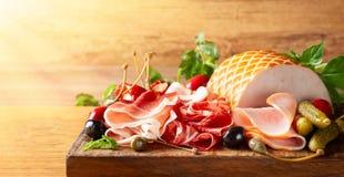 Assorti pokrojony jamon, salami, baleron z oliwkami, kapary, zalewy i faszeruj?cy czerwoni pieprze, fotografia royalty free