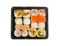 Assorti-Sushisatz im offenen Plastikkasten lokalisiert auf weißem Hintergrund Stockfotografie