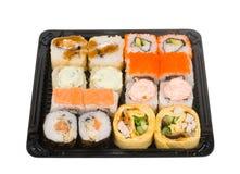 Assorti-Sushisatz im offenen Plastikkasten lokalisiert auf weißem Hintergrund Lizenzfreies Stockfoto