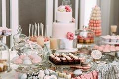 Assortie rose des gâteaux et des petits gâteaux Image libre de droits