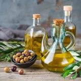 Assortiment d'huile d'olive vierge supplémentaire organique fraîche dans des bouteilles image stock