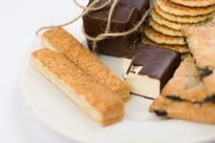 Assortiment de biscuits sur le plat fabriqué à la main images libres de droits