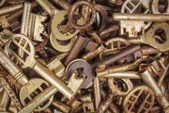 Assortiment de différentes clés antiques Photo stock