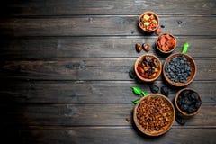 Assortiment de différents genres de fruits secs dans des cuvettes photo stock