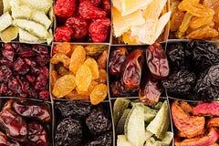 Assortiment de fond sec de plan rapproché de fruits en cellules carrées Photo stock