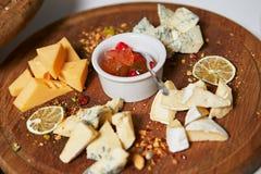 Assortiment de fromage avec et de miel d'un plat en pierre image stock