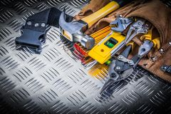 Assortiment de l'outillage de construction dans la ceinture en cuir d'outil sur le chann photographie stock libre de droits