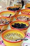 Assortiment de la Provence d'olives pour des clients à une stalle du marché images stock