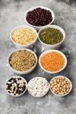Assortiment de lentille rouge de haricots, lentille verte, pois chiche, pois, r Photographie stock libre de droits