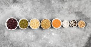 Assortiment de lentille rouge de haricots, lentille verte, pois chiche, pois, r Images stock