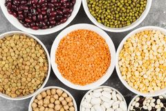 Assortiment de lentille rouge de haricots, lentille verte, pois chiche, pois, r Image stock