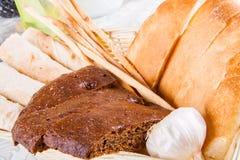 Assortiment de pain cuit au four frais Photos stock