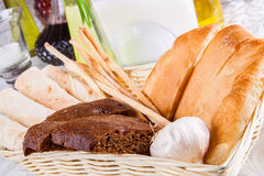 Assortiment de pain cuit au four frais Image stock