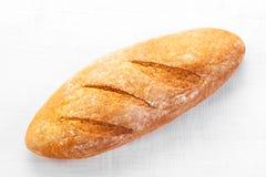 Assortiment de pain cuit au four sur le fond en bois de table Photographie stock