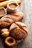 Assortiment de pain cuit au four sur le fond en bois de table Photo stock