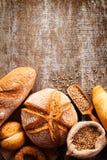 Assortiment de pain cuit au four sur le fond en bois de table Photo libre de droits