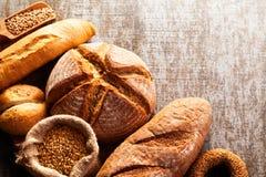 Assortiment de pain cuit au four sur le fond en bois de table Image stock