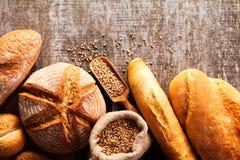 Assortiment de pain cuit au four sur le fond en bois de table Images libres de droits