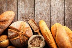 Assortiment de pain cuit au four sur le fond en bois de table Photographie stock libre de droits