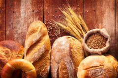 Assortiment de pain sur la table en bois Photographie stock libre de droits