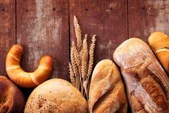 Assortiment de pain sur la table en bois Images stock