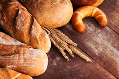 Assortiment de pain sur la table en bois Photo libre de droits