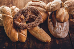 Assortiment de pain sur la table en bois Images libres de droits