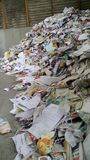Assortiment de papier lâche empilé à réutiliser le centre Image libre de droits