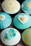 Assortiment de petits gâteaux de mariage Photos stock