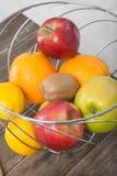 Assortiment de plan rapproché exotique de fruits : kiwi, pomme rouge et verte, oranges et citron sur la table en bois Photographie stock libre de droits