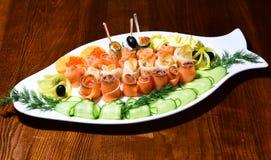 Assortiment de poissons de grand plat Plateau de rougets communs et de poisson à chair blanche sur la table Mille saveurs dans un photographie stock libre de droits