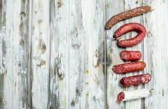 Assortiment de salami fumé différent avec des herbes et des assaisonnements photos libres de droits