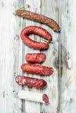 Assortiment de salami fumé différent avec des herbes et des assaisonnements photo stock